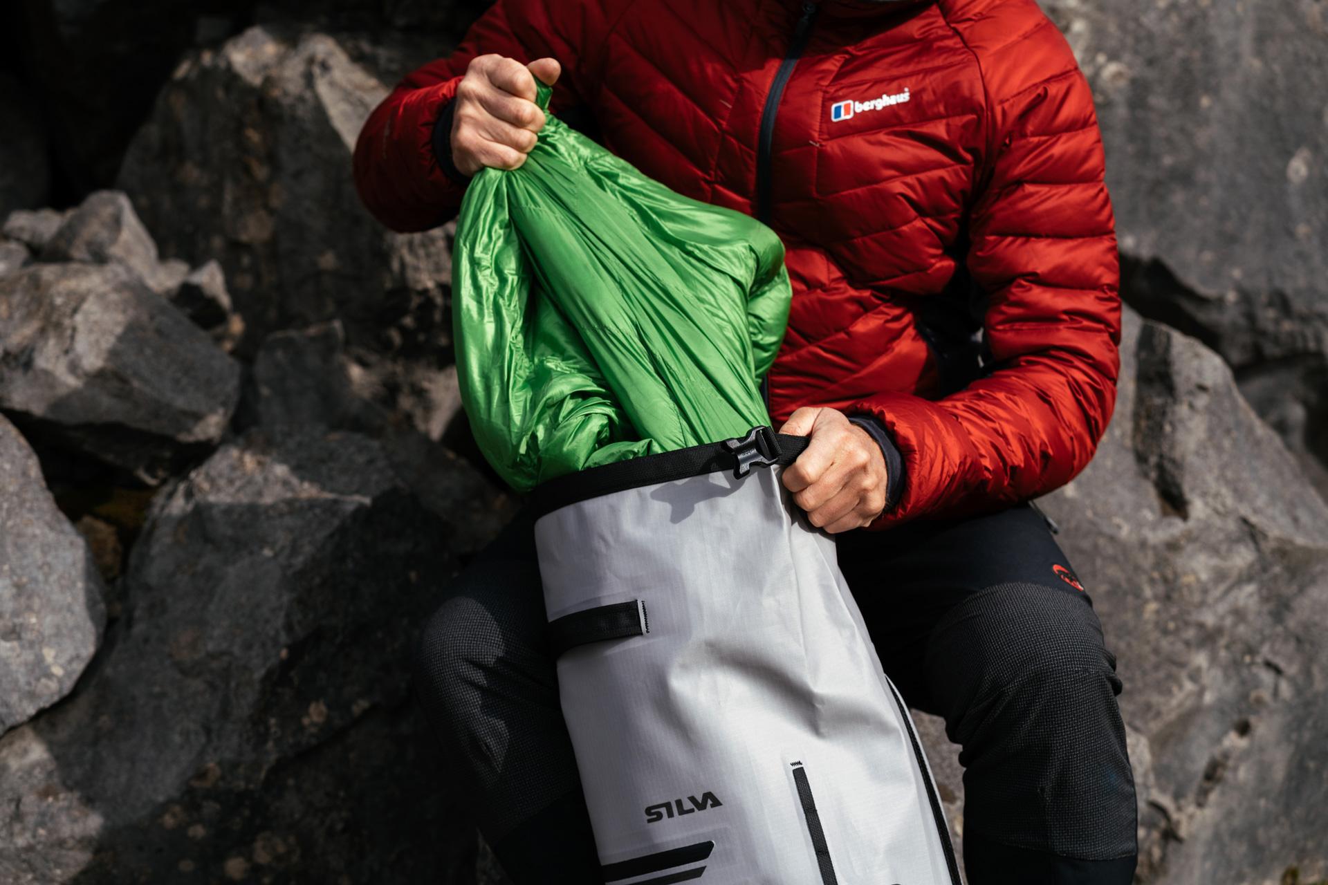 OMM Unisex Ultra 12 Red Mesh Yolk Harness System Running Bag Rucksack Backpack