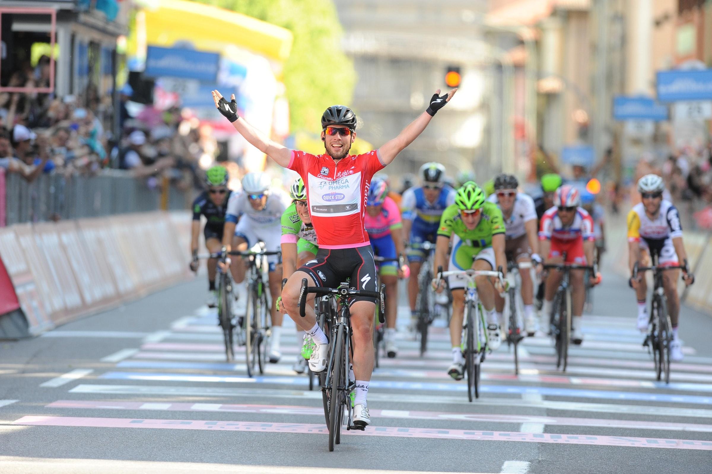 Mark Cavendish, Giro d'Italia, stage 21, salute, pic: Stefano Sirotti