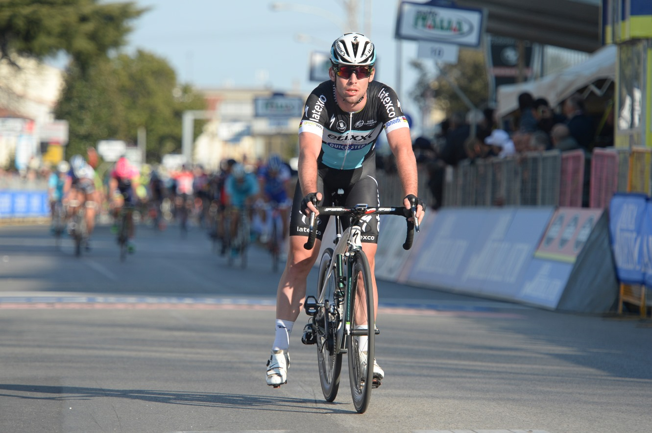 Mark Cavendish, mechanical, crash, braking, unclipped, Etixx-QuickStep, Tirreno-Adriatico, 2015, pic: Sirotti