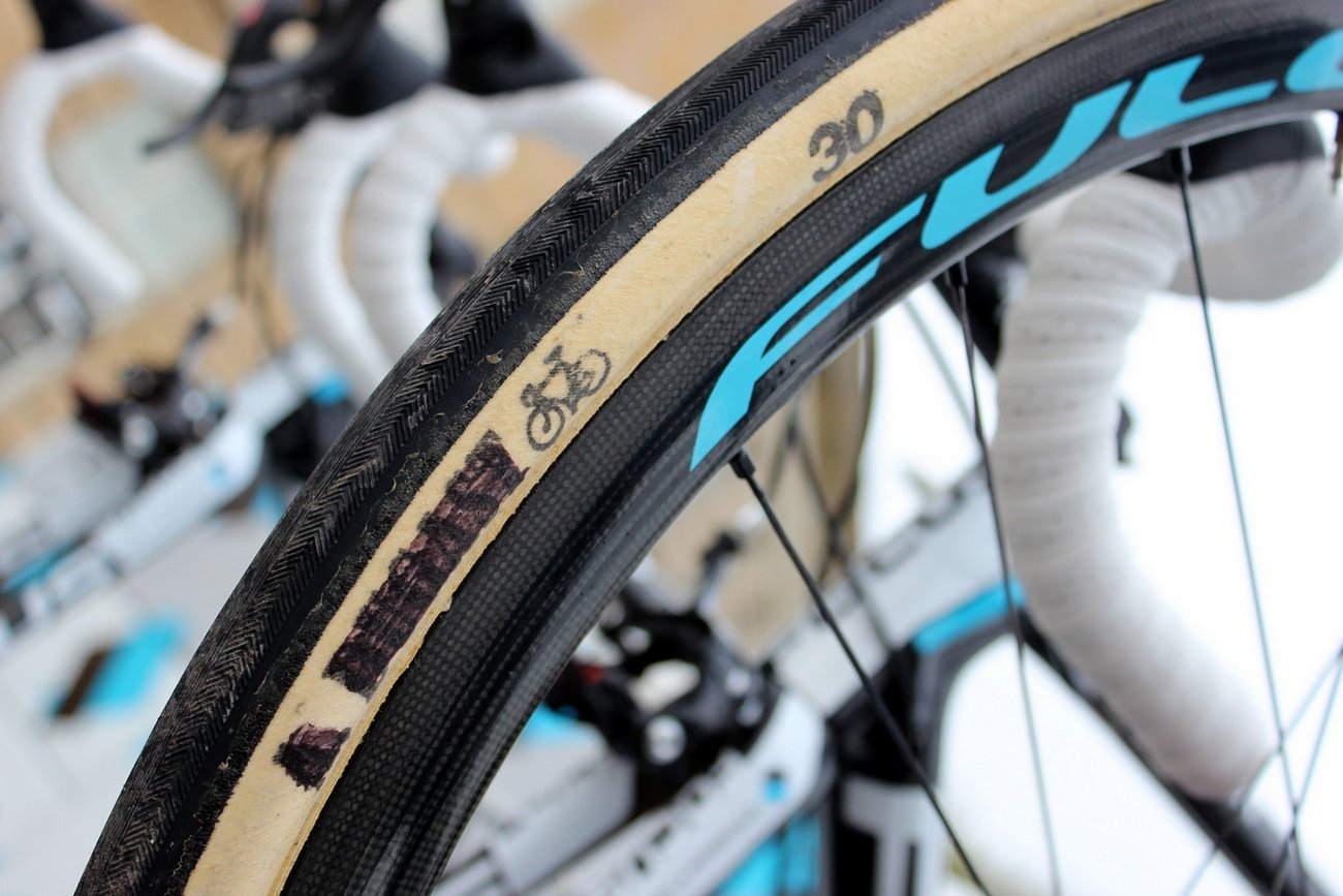 Tyre width varied between 27mm, 28mm and a whopping 30mm. Dugast tyres are also popular at Paris-Roubaix, even if Ag2r La Mondiale, who normally get their tyres from Schwalbe, don't like to admit it.