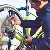Matt Brammeier, maintenance, chain lube, Mudiiita-Canyon, pic - Balint Hamvas-Mudiiita - COVER